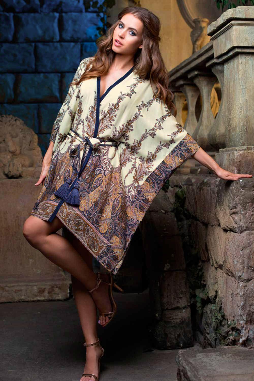 Короткий халат представляет собой квадрат с прорезями под пояс выполнен из вискозы с фантазийным принтом