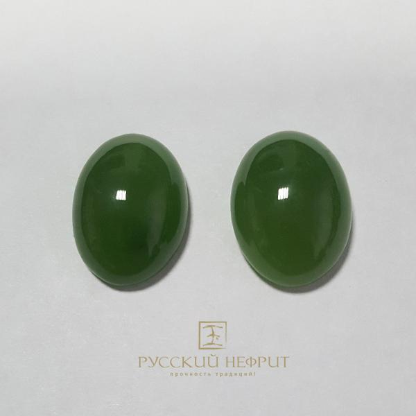 Большой кабошон из зелёного нефрита высшего качества.