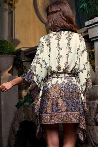 Короткий халат представляет собой квадрат с прорезями под пояс выполнен из вискозы с фантазийным принтом фото