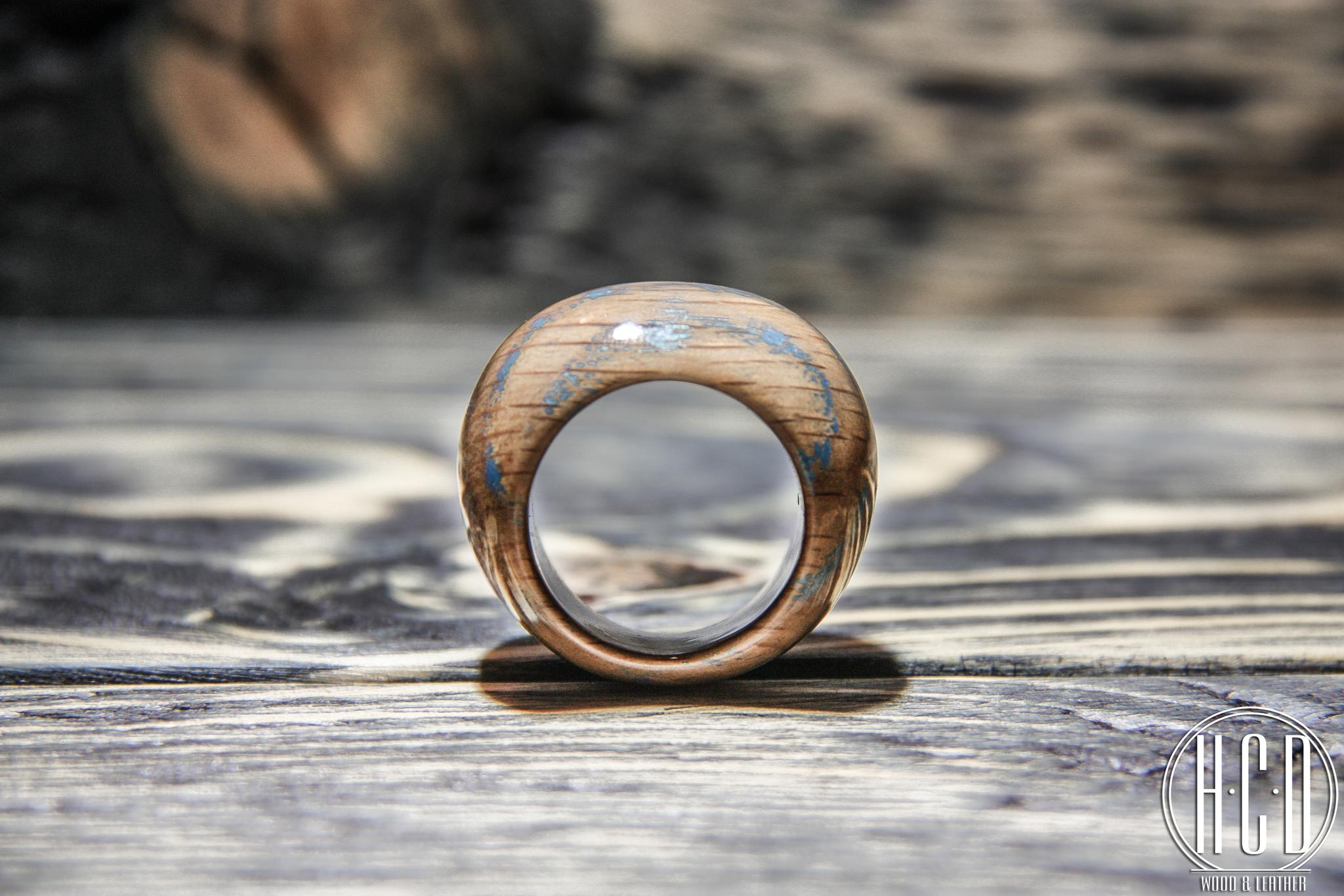 Деревянное кольцо с прокрашенными волокнами