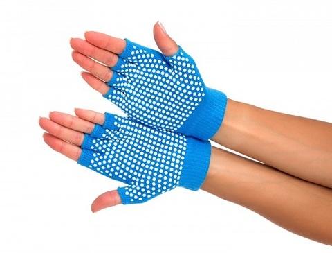 <p>Перчатки для занятий йогой (противоскользящие). Руки, одетые в с...