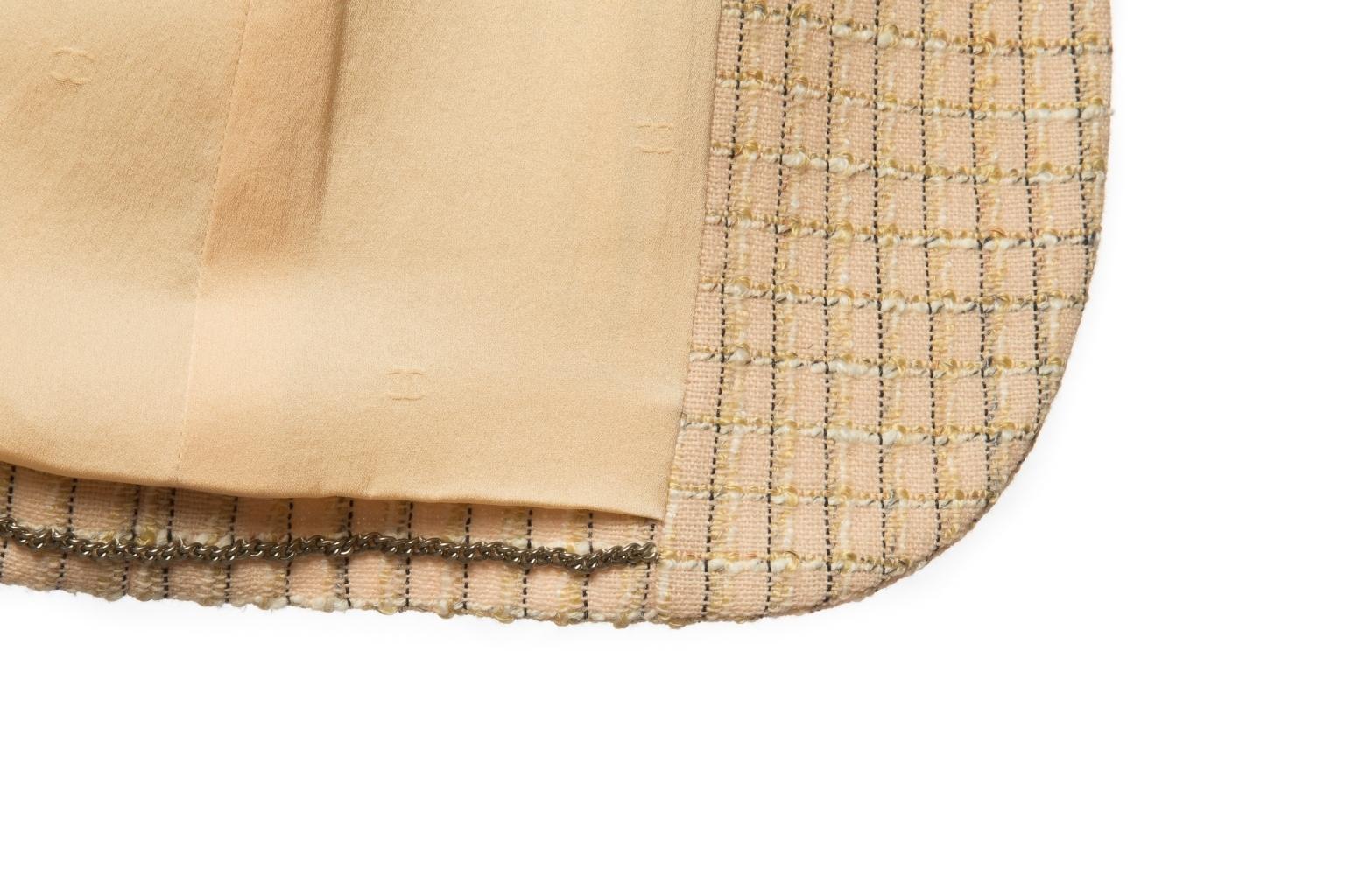 Классический удлиненный пиджак из твида бежевого цвета от Chanel, 36 размер.