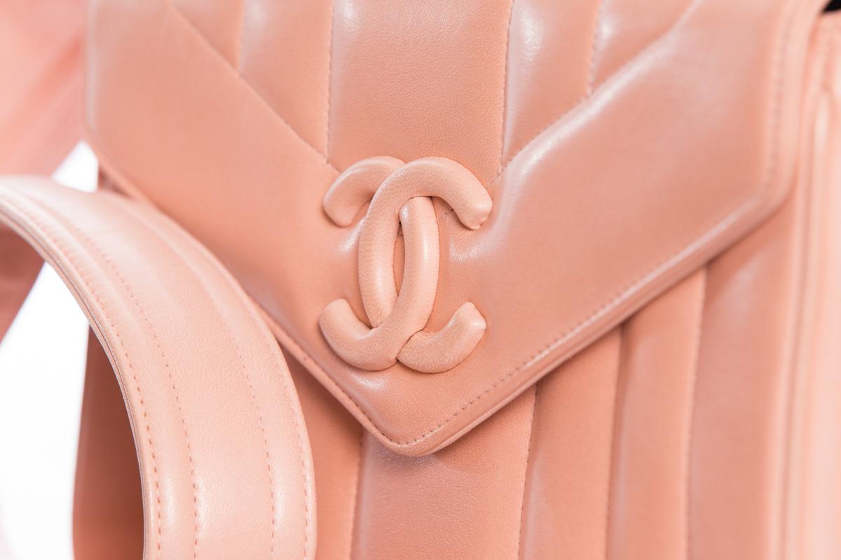 Красивая кожаная сумочка бледно-розового цвета от Chanel