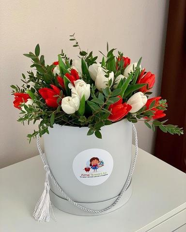 Авторская композиция из тюльпанов в белой коробке