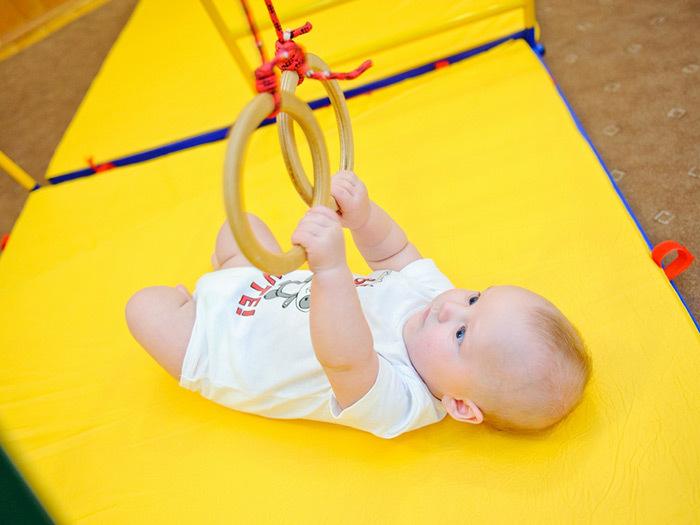 Ребенок с гимнастическими кольцами