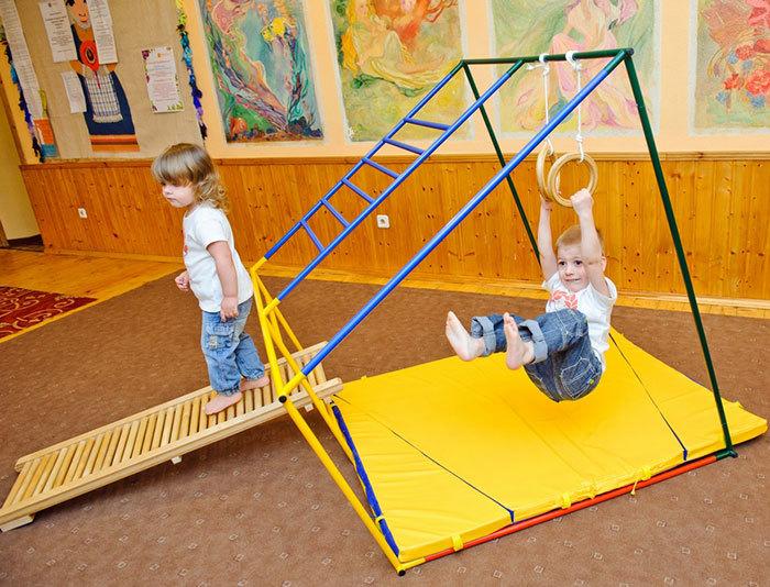 Дети на гимнастических кольцах