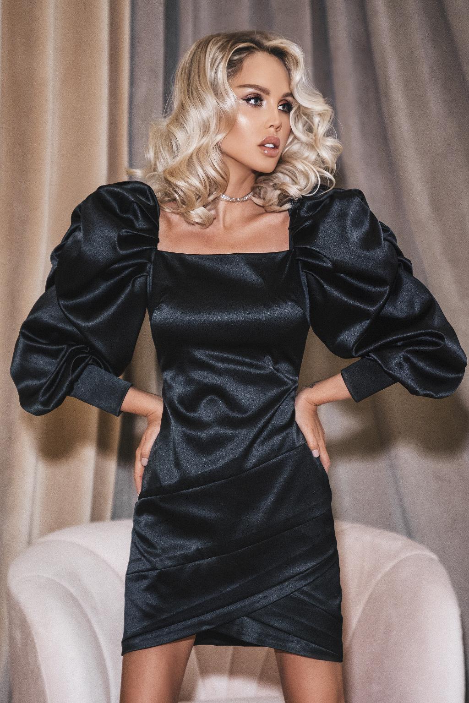 Черное  атласное платье с рукавами буфф