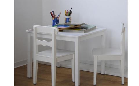Белый стол и стулья