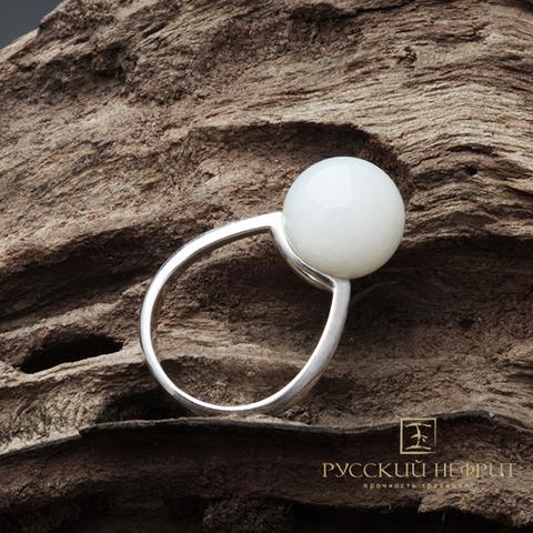 Кольцо с белым  нефритом.