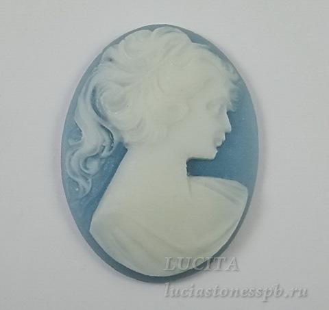 """Камея """"Девушка с хвостиком"""" белого цвета  на голубом фоне 30х40 мм ()"""