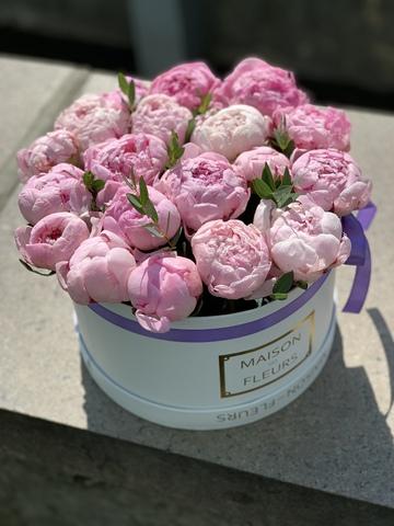 15 розовых пионов в белой коробке