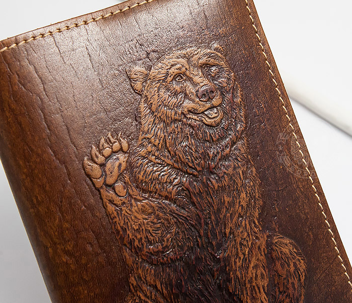 BY14-32-06 Оригинальная кожаная обложка на паспорт «Медведь»