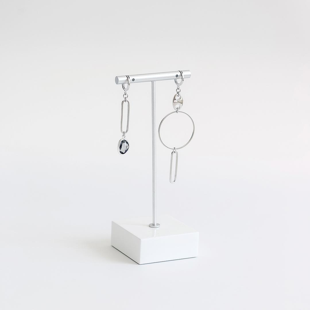 Ассиметричные серьги с кольцом и фианитом  оптом и в розницу