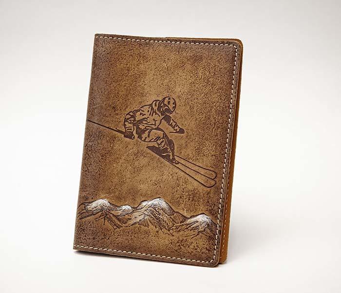 BY14-38-10 Кожаная обложка для паспорта «Лыжник»