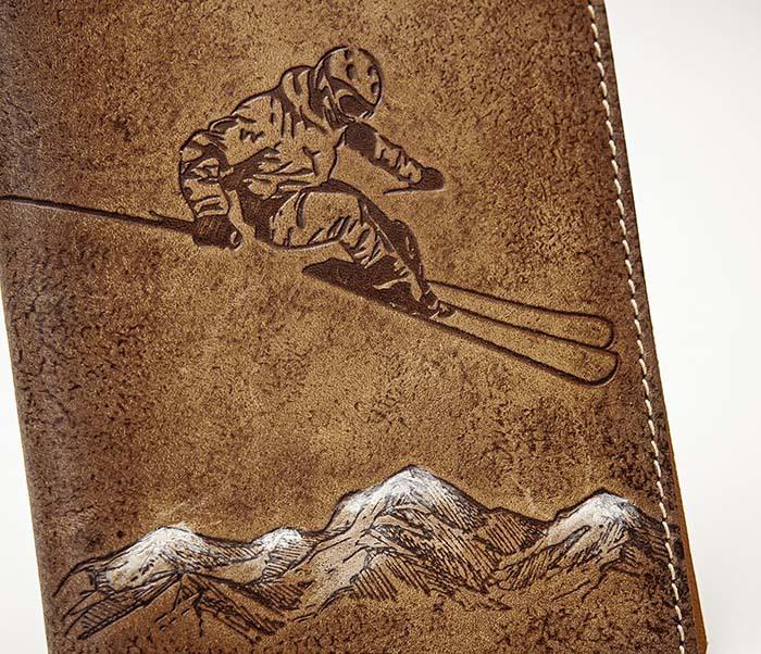 BY14-38-10 Кожаная обложка для паспорта «Лыжник» фото 02
