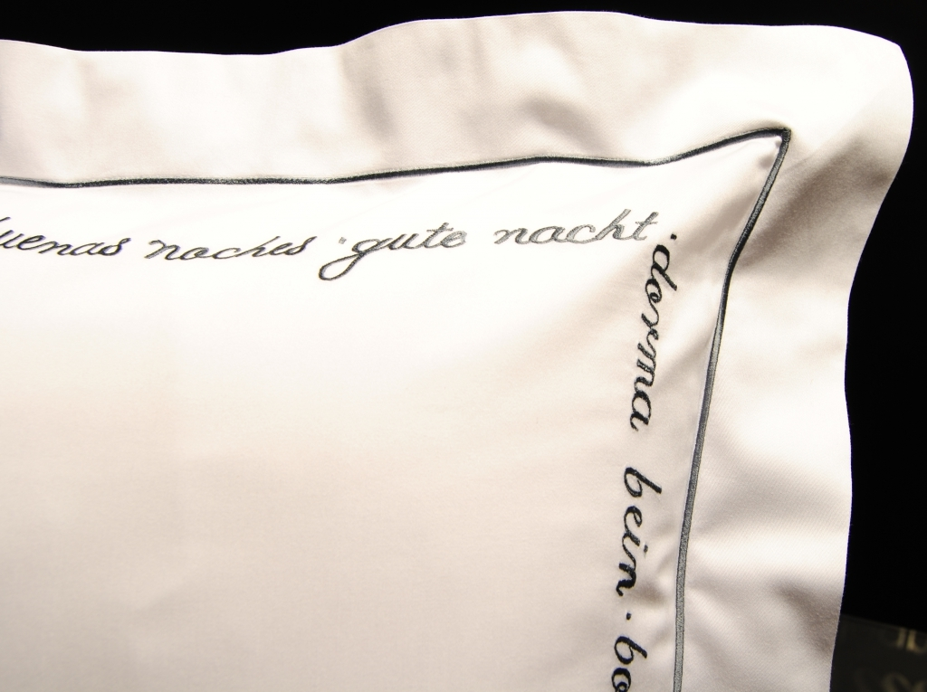 Наволочки для сна Наволочка для валика 15х40 Christian Fischbacher Luxury Nights Sweet Dreams 557 антрацит navolochka-christian-fischbacher-luxury-nights-sweet-dreams-557-antratsit-shveytsariya.jpg