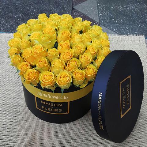 Желтые розы в подарочной коробке