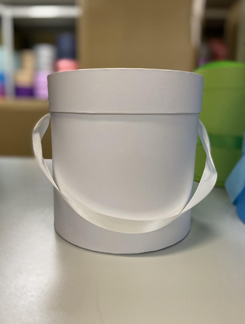 Шляпная коробка эконом вариант 18 см . Цвет: Белый . Розница 300  рублей .