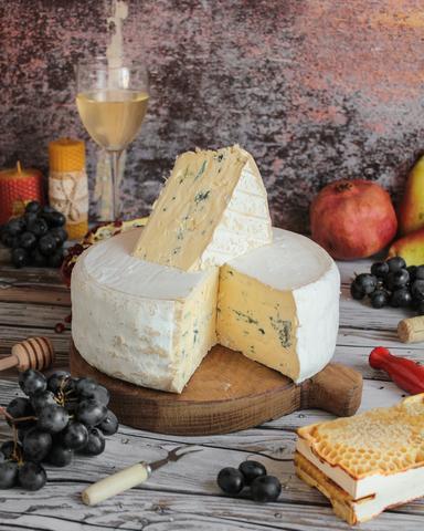 Сыр Гранд Блю с белой и голубой плесенью, кг