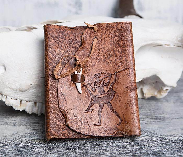 BY01-04-04 Блокнот «Возвращайся с добычей» в кожаной обложке с застежкой - клыком (А6)