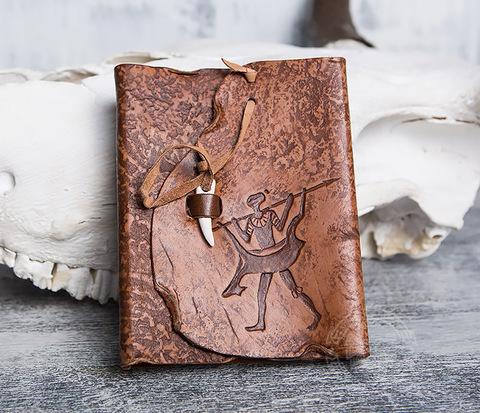 Блокнот «Возвращайся с добычей» в кожаной обложке с застежкой - клыком (А6)