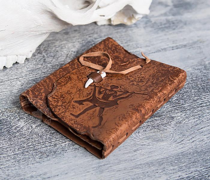 BY01-04-04 Блокнот «Возвращайся с добычей» в кожаной обложке с застежкой - клыком (А6) фото 03