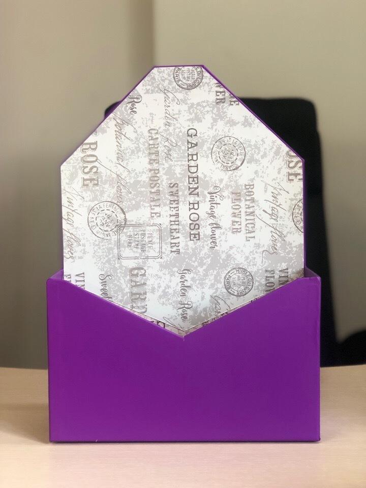 Картонная коробка для цветов в форме конверта . Цвет: фиолетовый . Розница 300 рублей .