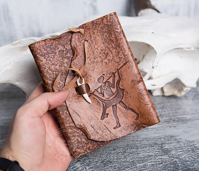 BY01-04-04 Блокнот «Возвращайся с добычей» в кожаной обложке с застежкой - клыком (А6) фото 04