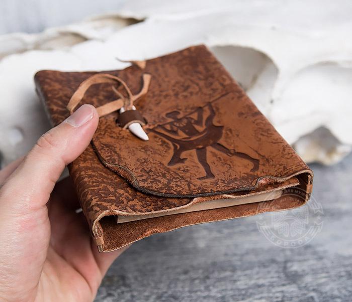 BY01-04-04 Блокнот «Возвращайся с добычей» в кожаной обложке с застежкой - клыком (А6) фото 05