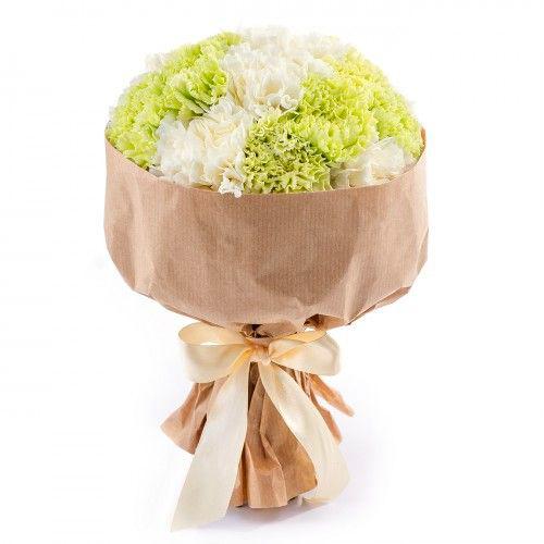 Купить букет с белой и салатовой гвоздикой в Перми 21шт