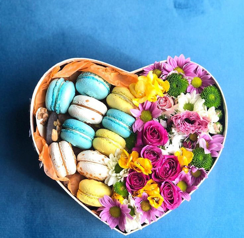 Цветы в коробке с макаронсами купить в Тбилиси с доставкой