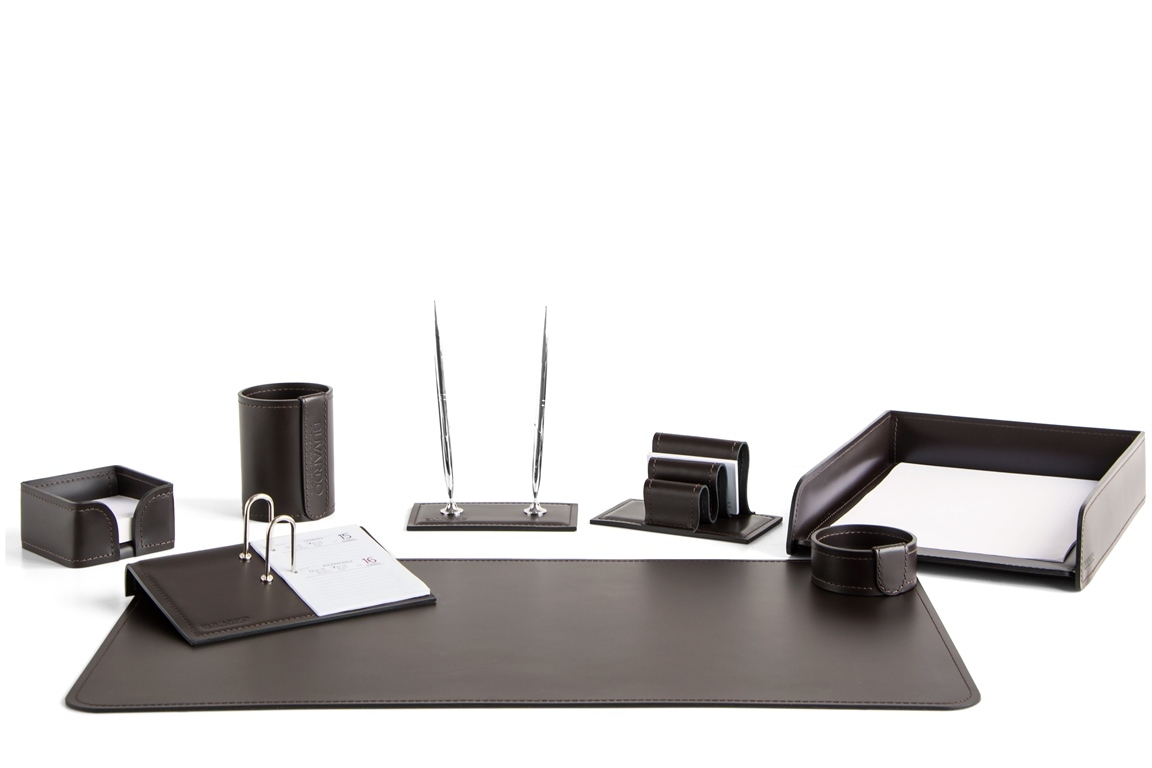 Набор на стол руководителя из темно-коричневой шоколад кожи с перекидным календарем