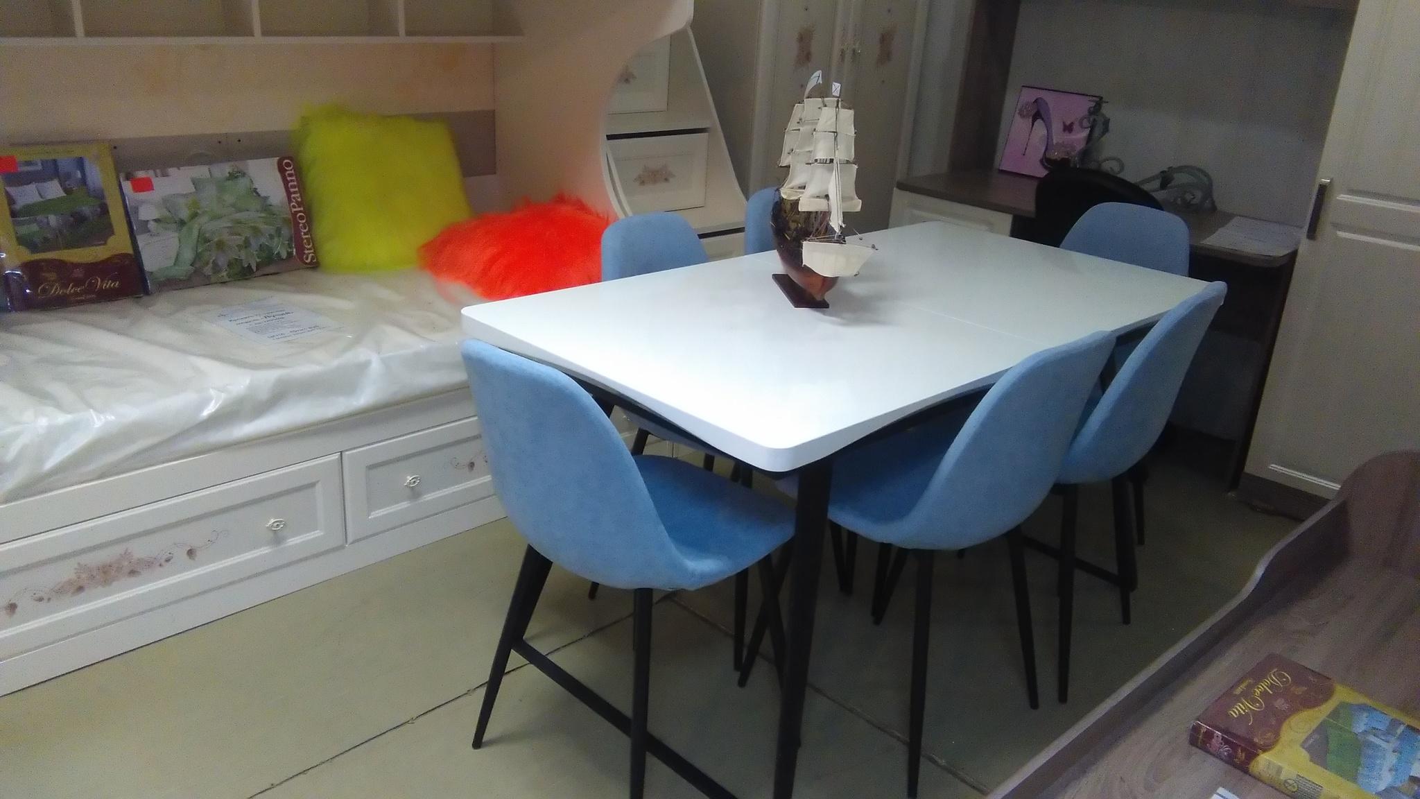 Стол ESF DT-93 белый/черный и стулья ESF DC350 голубые (черные ножки)