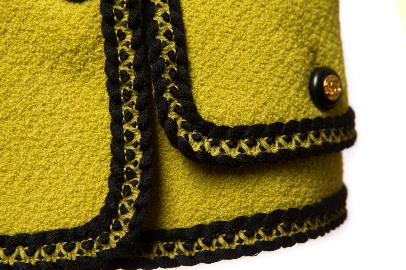 Эффектный приталенный жакет из желтого твида с черной отделкой, 40 размер.