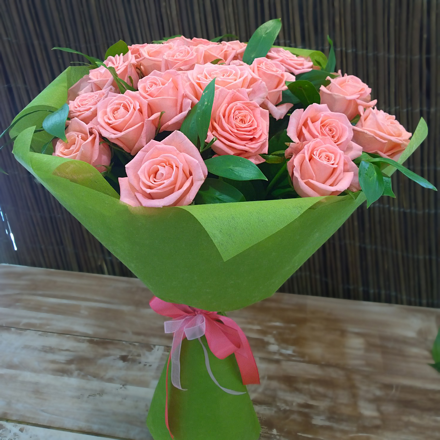 Нежный букет 25 розовых роз Анна Карина 60см с зеленью в фетре