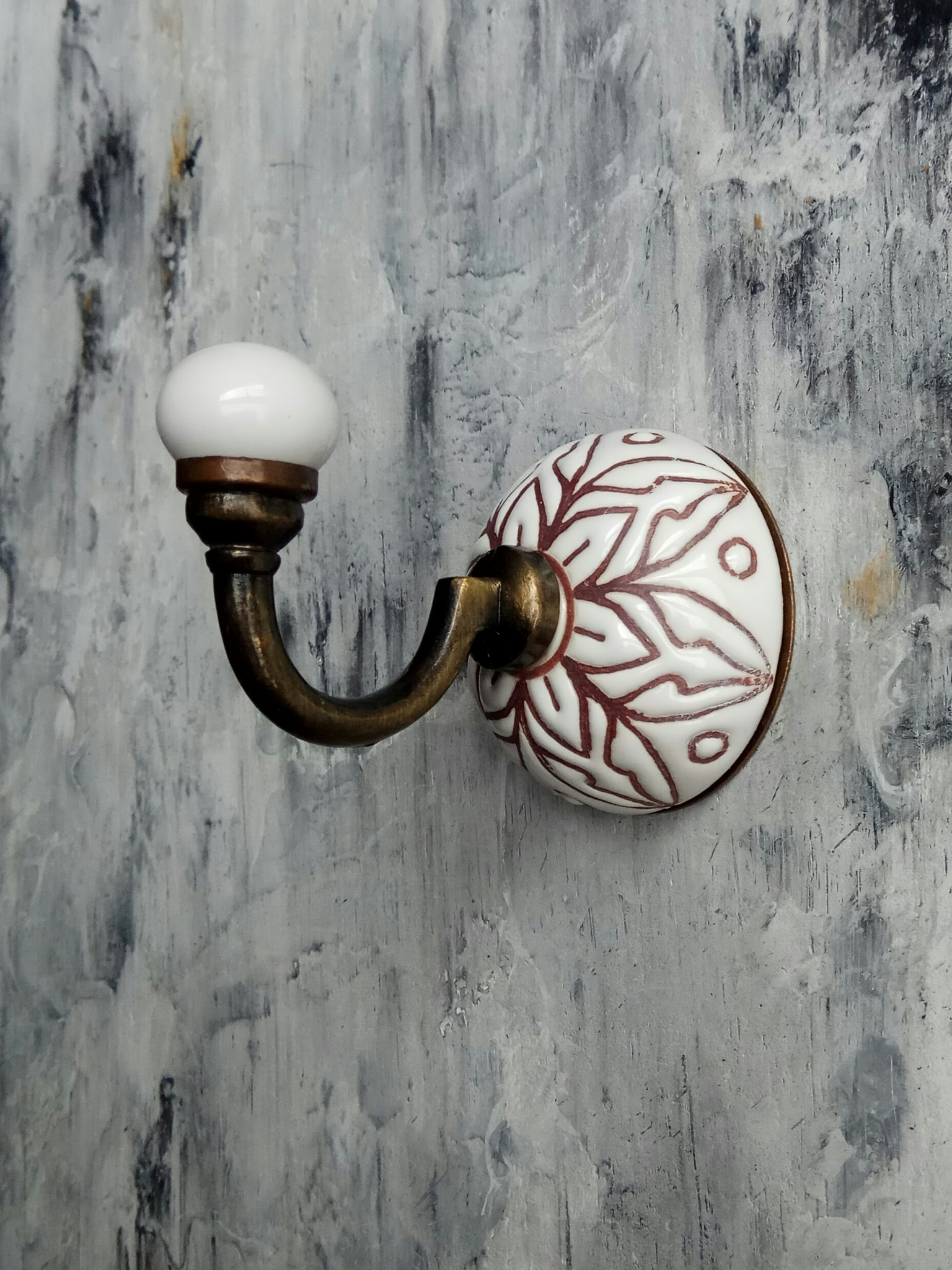 Крючок керамический белый с цветочным орнаментом2