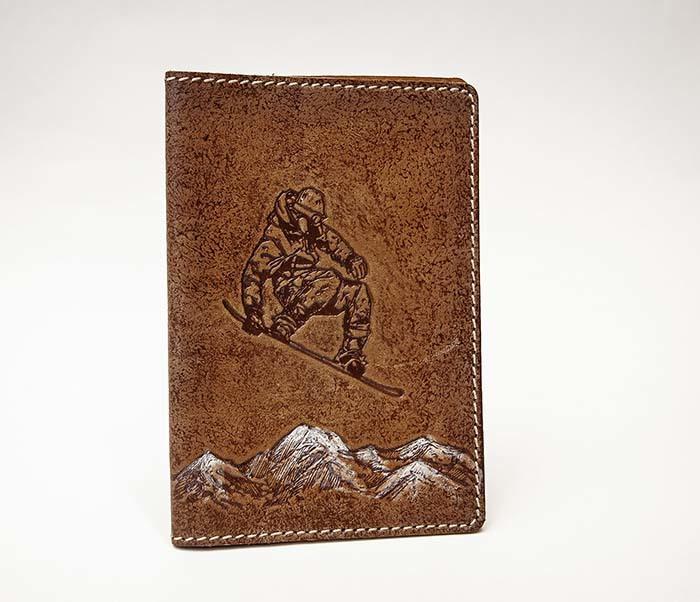 BY14-38-12 Кожаная обложка на паспорт со сноубордистом фото 02