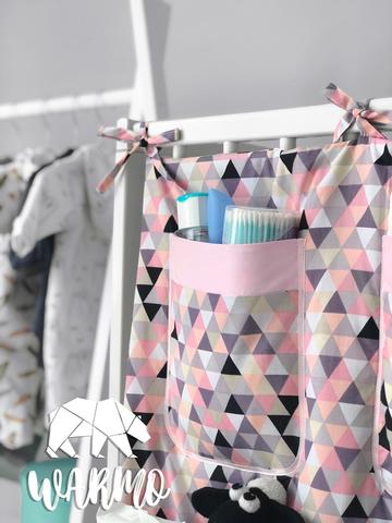 органайзер на дитяче ліжечко з рожевим геометричним малюнком фото