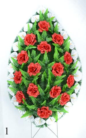 Венок украшенный цветами роз и калл