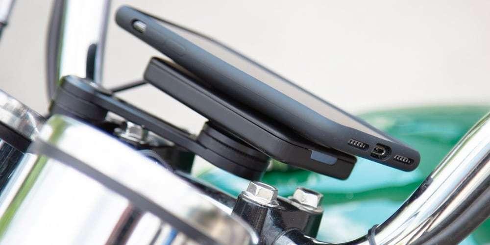 Модуль беспроводной зарядки SP Connect Wireless Charging Module установлен