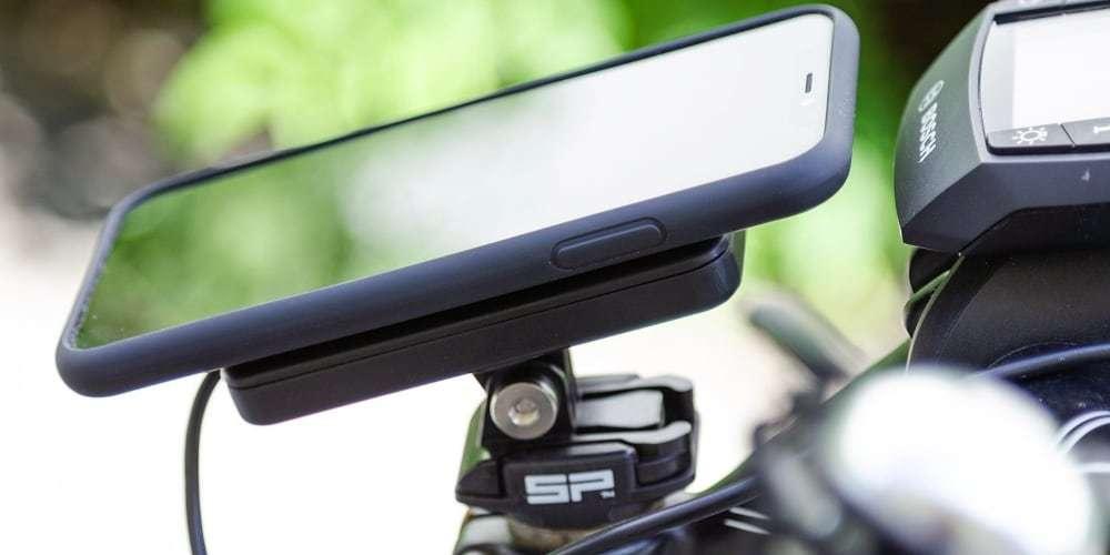 Модуль беспроводной зарядки SP Connect Wireless Charging Module со смартфоном