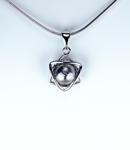 """Кулон """"Звезда Давида"""" с метеоритом Муонионалуста."""