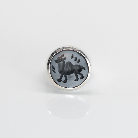Signet ring with intaglio 15 (onyx, circle)