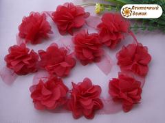 Шифоновые цветы на сетке красные диаметр 5 см
