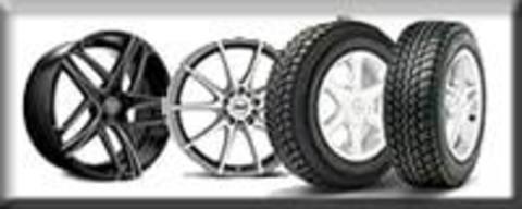 Продавцы дисков и покрышек на колеса автомашин на авторынке