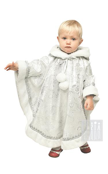 Новогодние костюмы для малышей выполнены из серебряной парчи, оторочены искусственным мехом и украшены ажурной серебряной тесьмой.