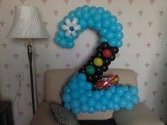 Цифра 2 из воздушных шаров со светофором и тачкой