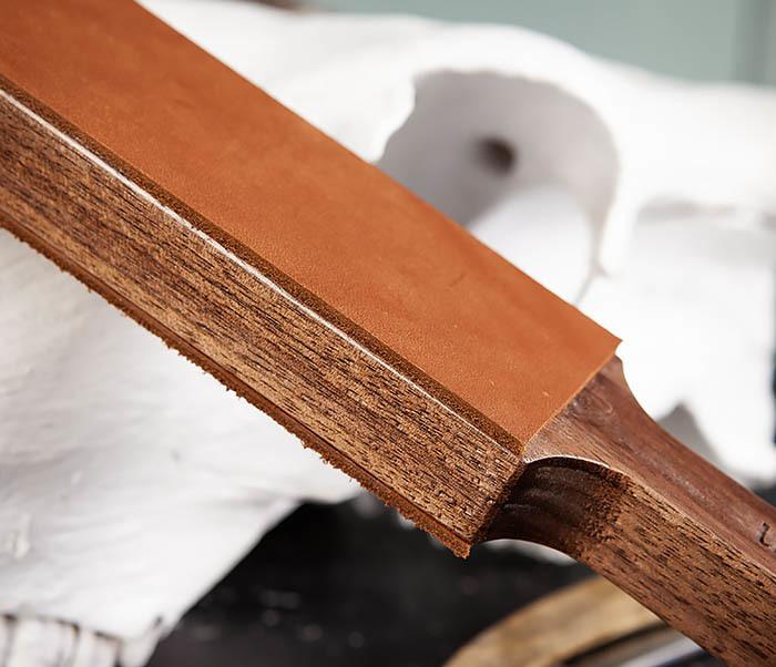 RAZ464 Кожаный ремень с деревянной рукояткой для правки бритвы фото 04