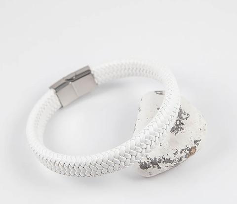 Белый мужской браслет из плетеной кожи