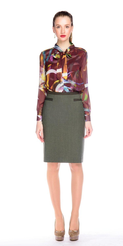 Блуза Г567-149 - Блуза классической формы из мягкого струящегося шифона. Супатная застежка и воротник-стойка с длинными концами, которые можно завязывать как бант или галстук. В комплекте топ на тонких лямках из ткани с таким же принтом.